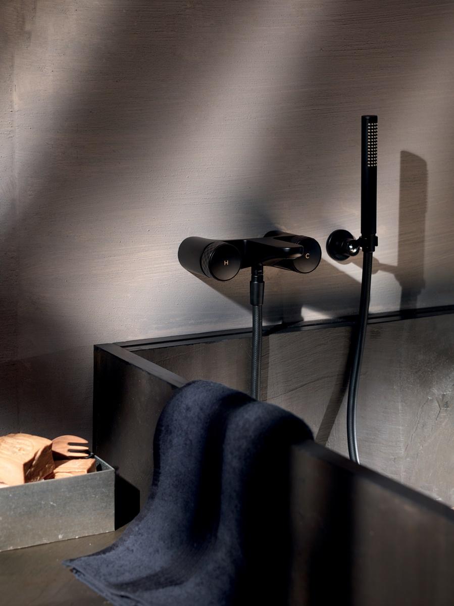 Černé baterie a doplňky v koupelně 13