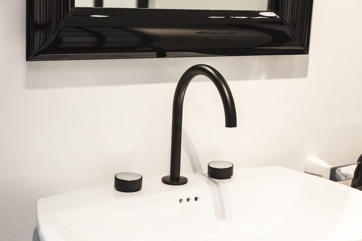 Černé baterie a doplňky v koupelně 4