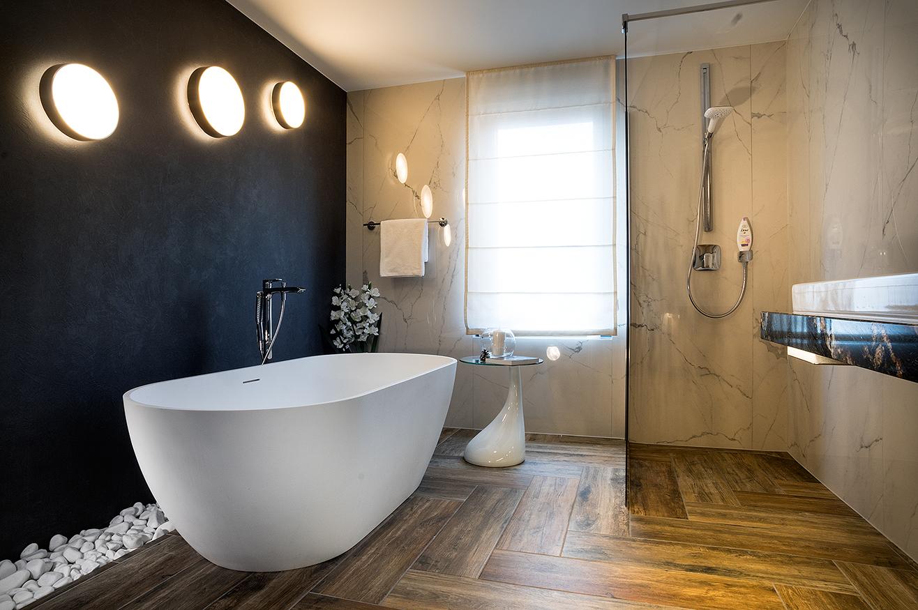 Koupelna s obklady v imitaci kamene