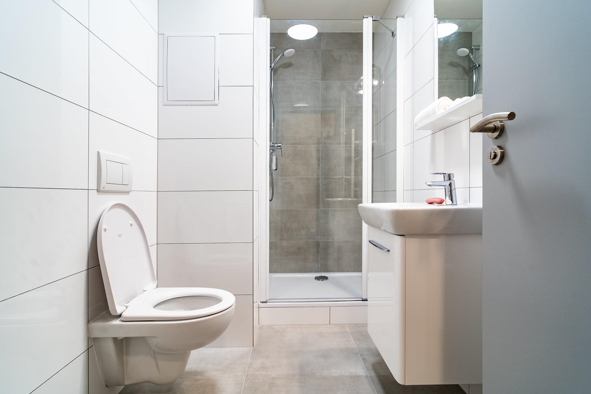 Bílé koupelny v bytovém domě