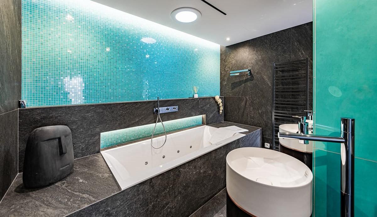 Luxusní koupelna propojená s ložnicí