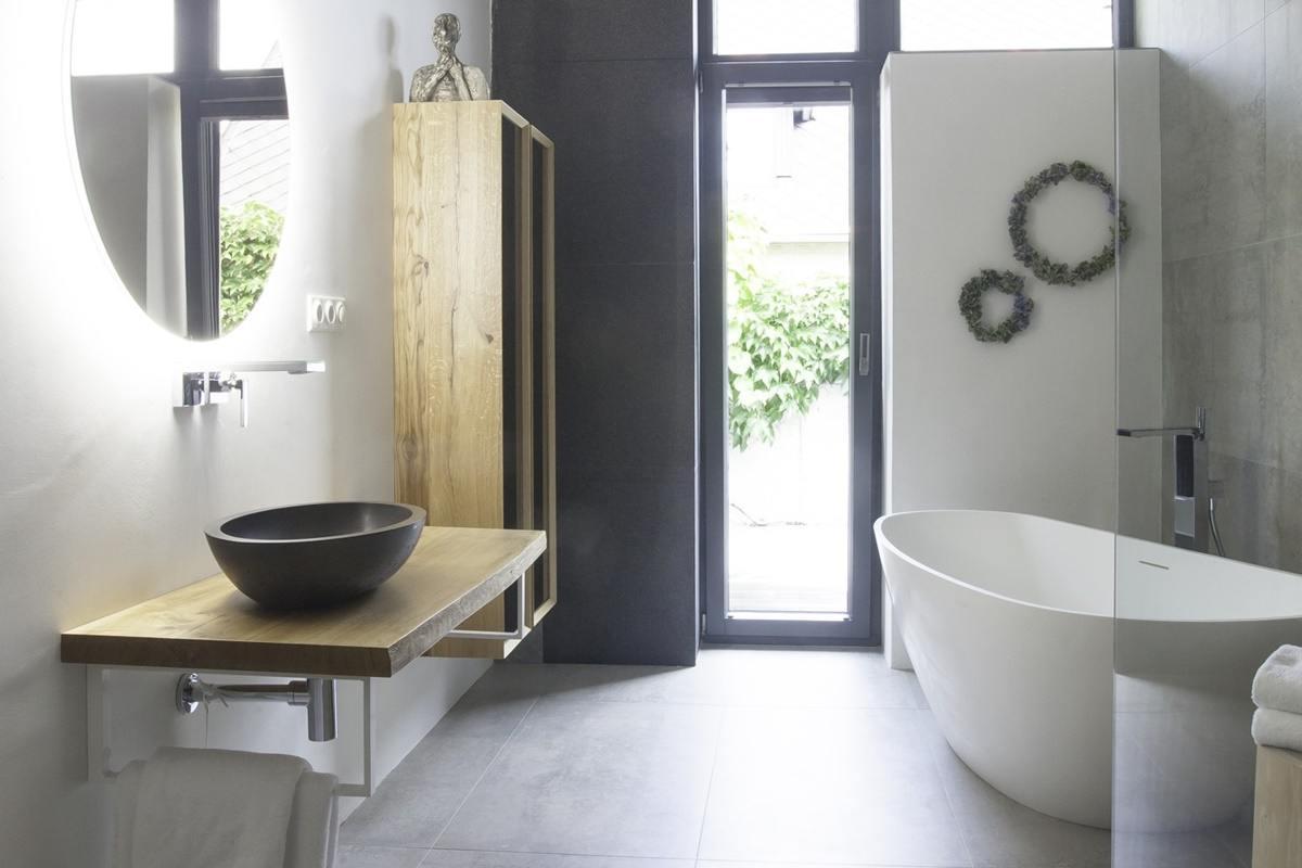 Minimalistická koupelna v šedé a bílé barvě