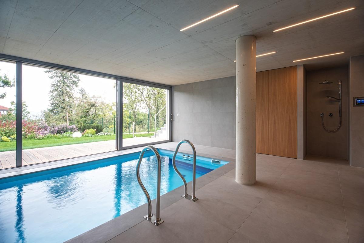 Dlažba kolem bazénu ve vile