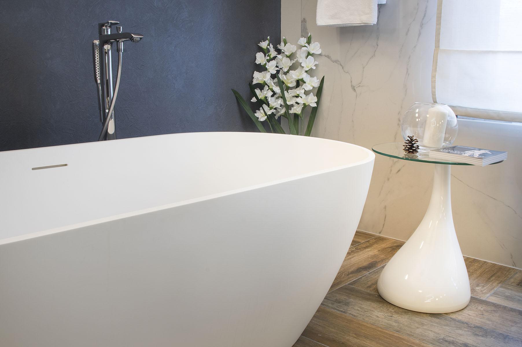Koupelna s obklady v imitaci kamene 1