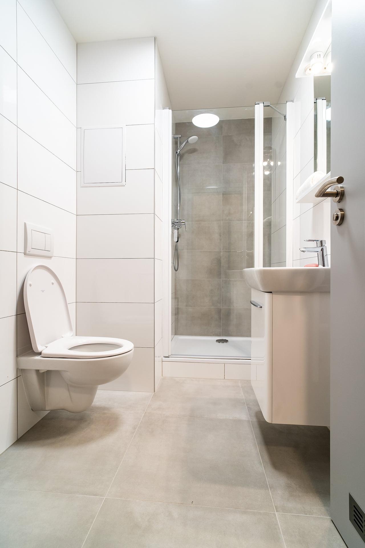 Bílé koupelny v bytovém domě 0