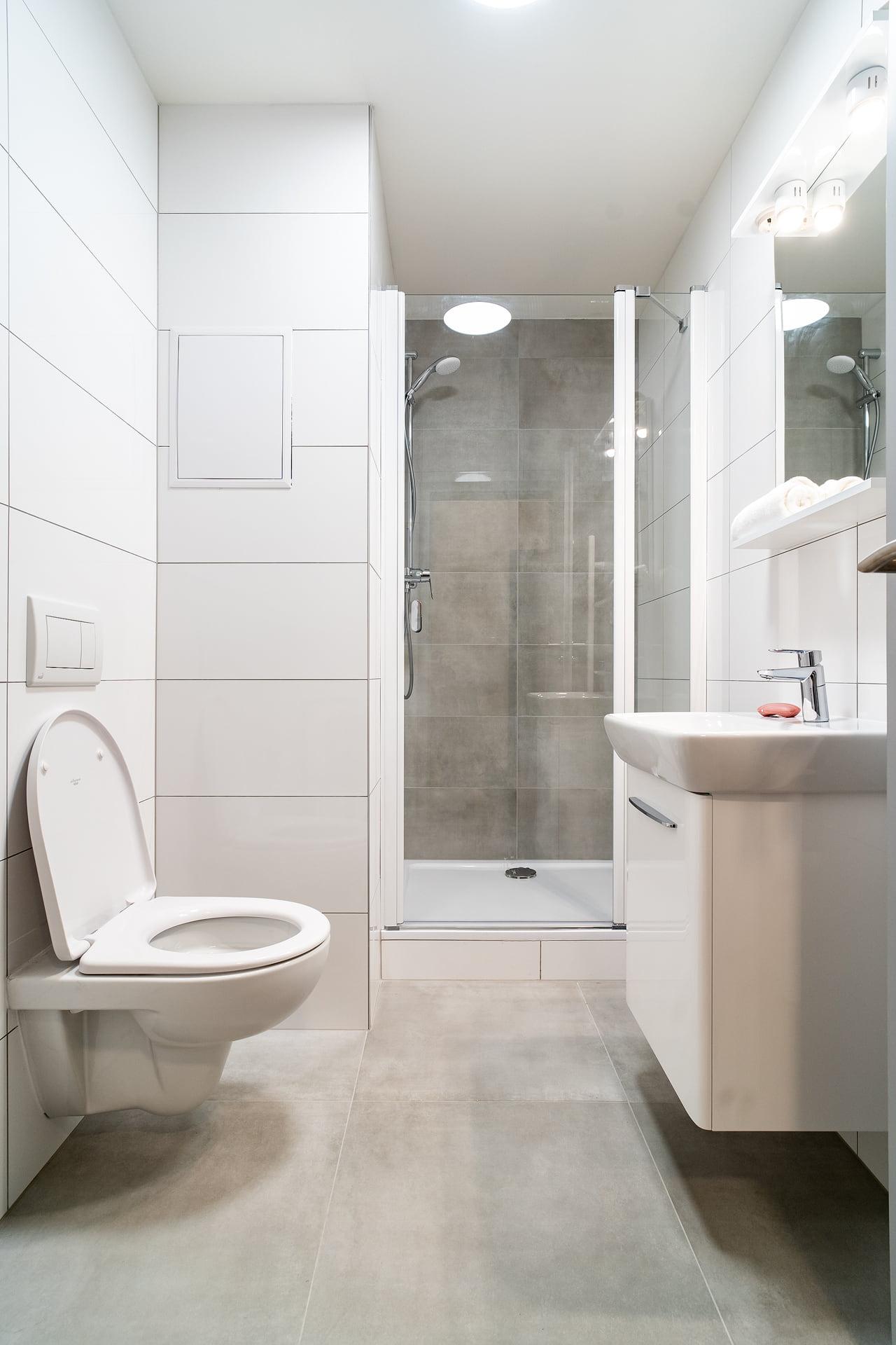 Bílé koupelny v bytovém domě 2