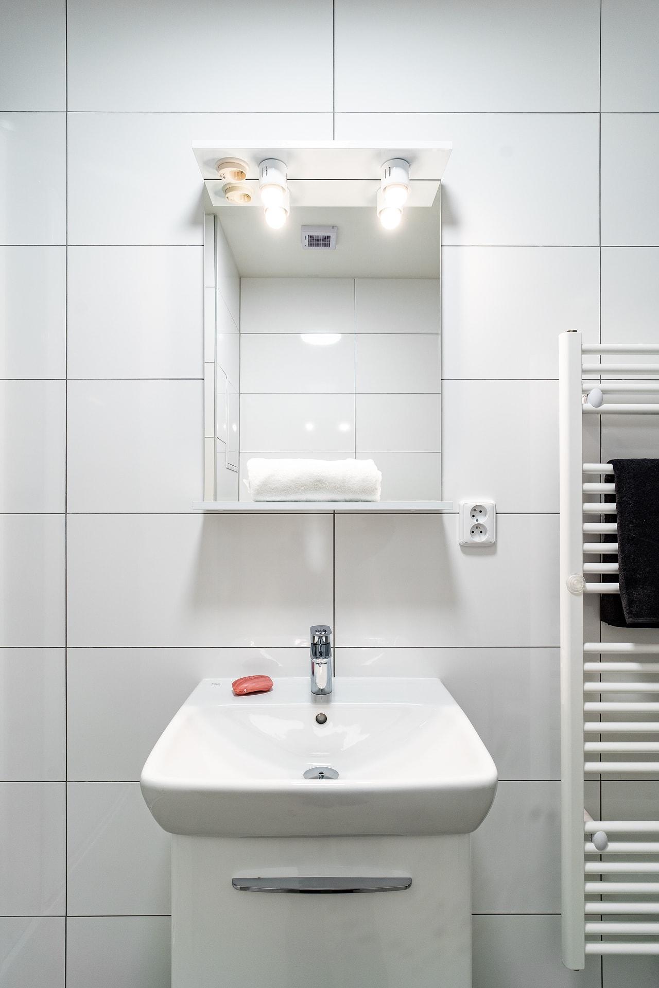 Bílé koupelny v bytovém domě 3