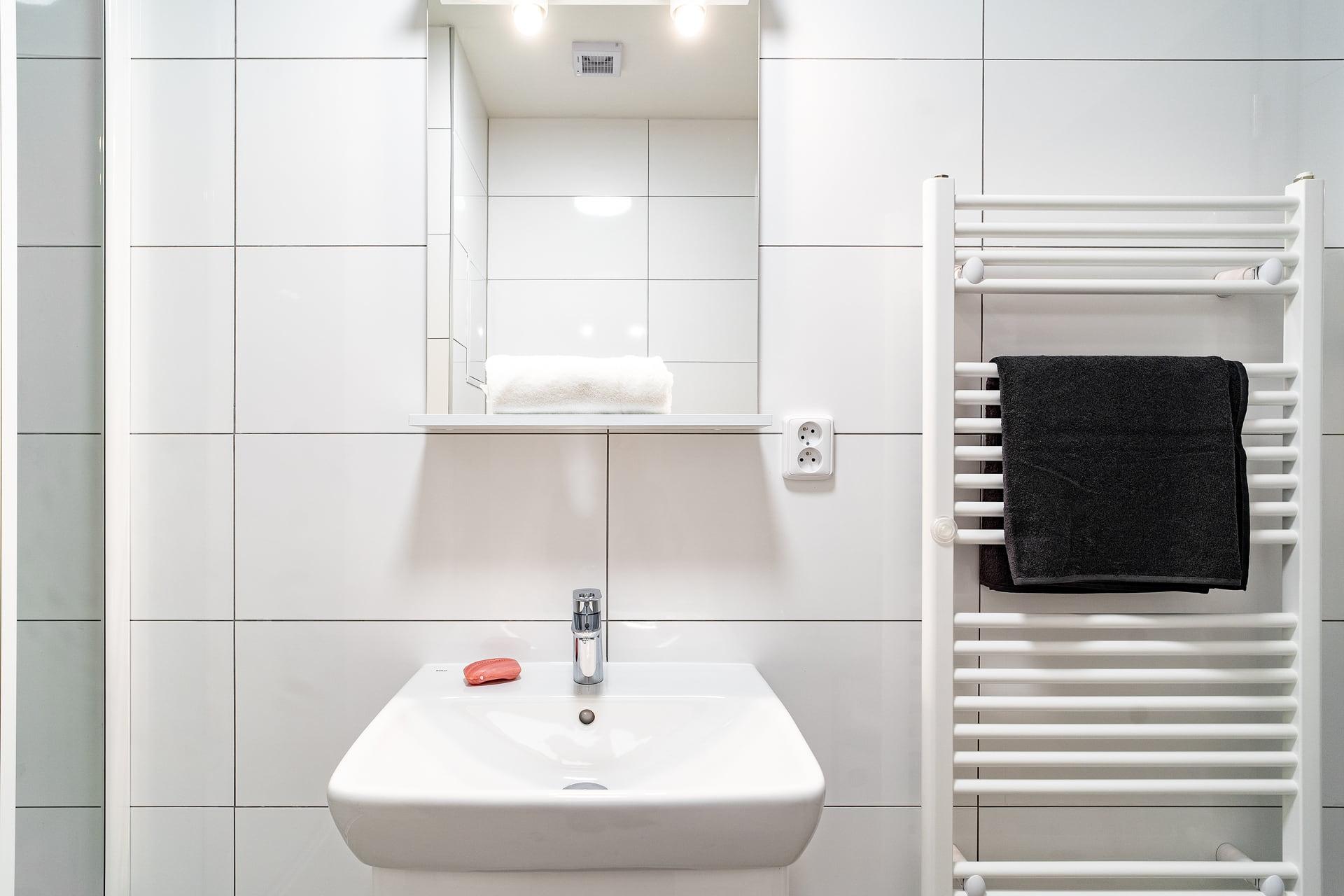 Bílé koupelny v bytovém domě 4