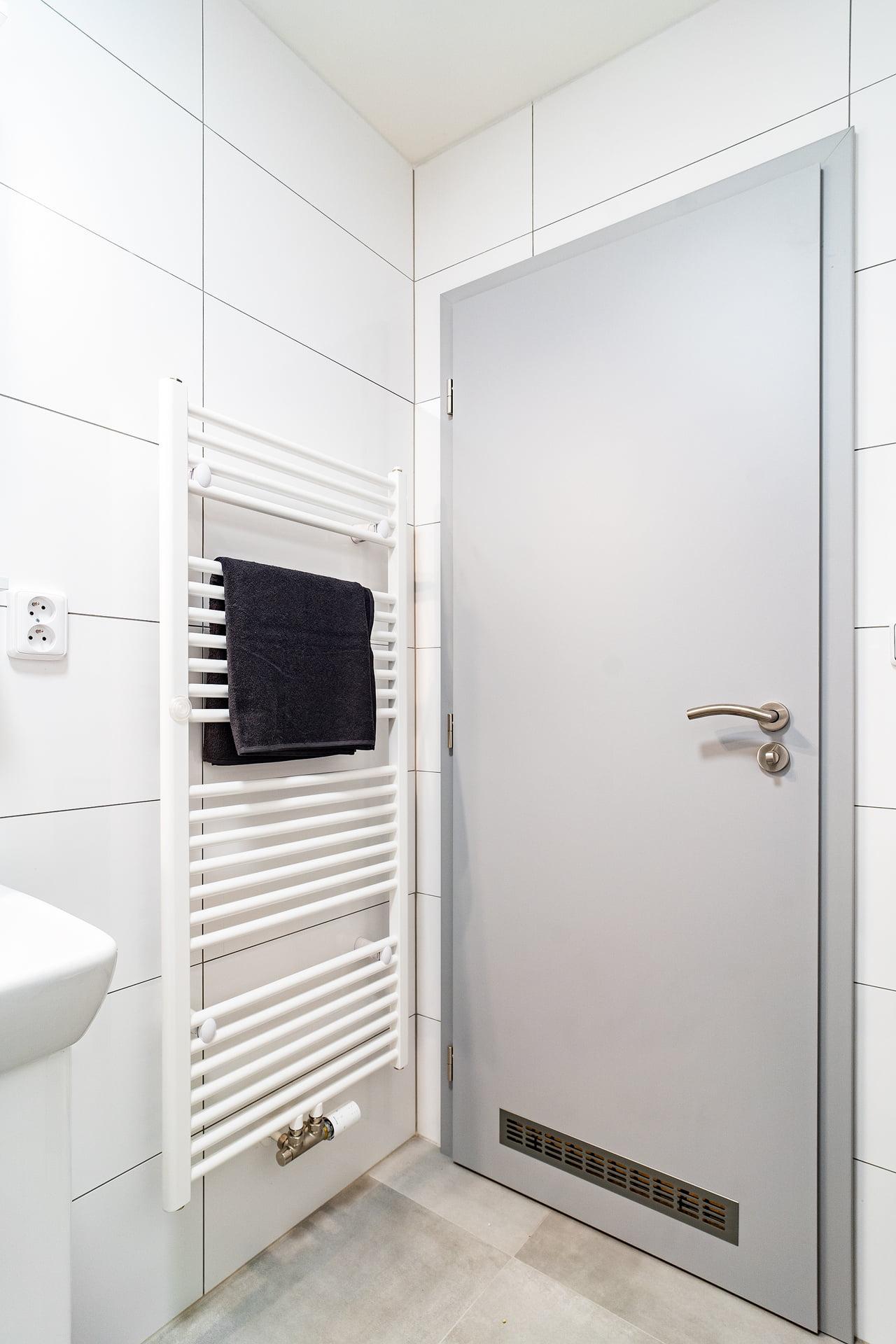 Bílé koupelny v bytovém domě 5