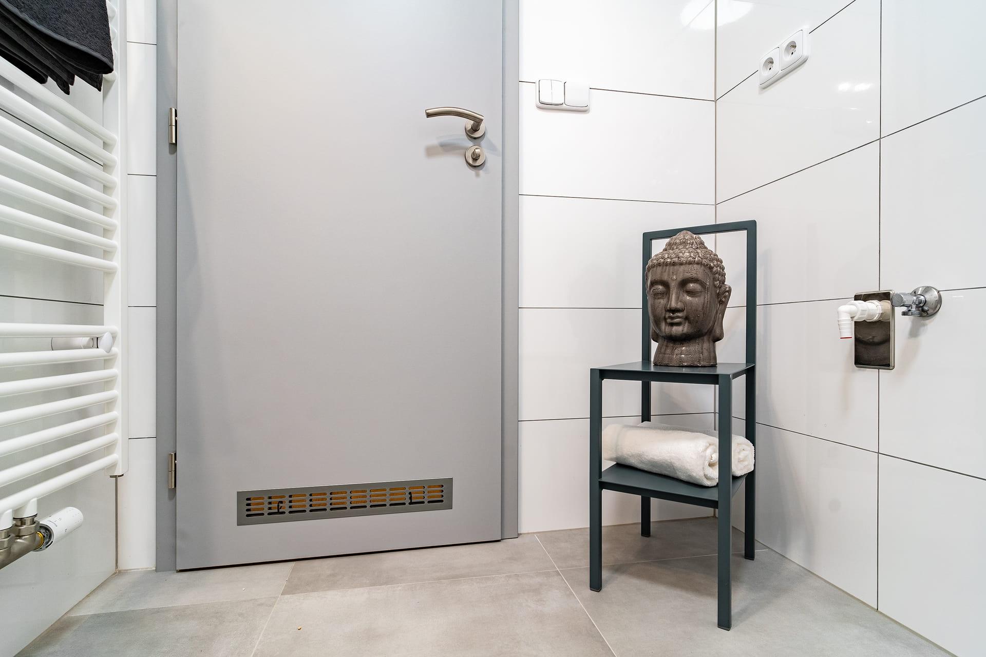 Bílé koupelny v bytovém domě 6