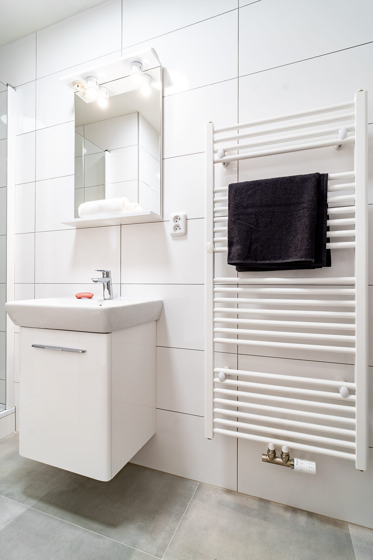 Bílé koupelny v bytovém domě 7