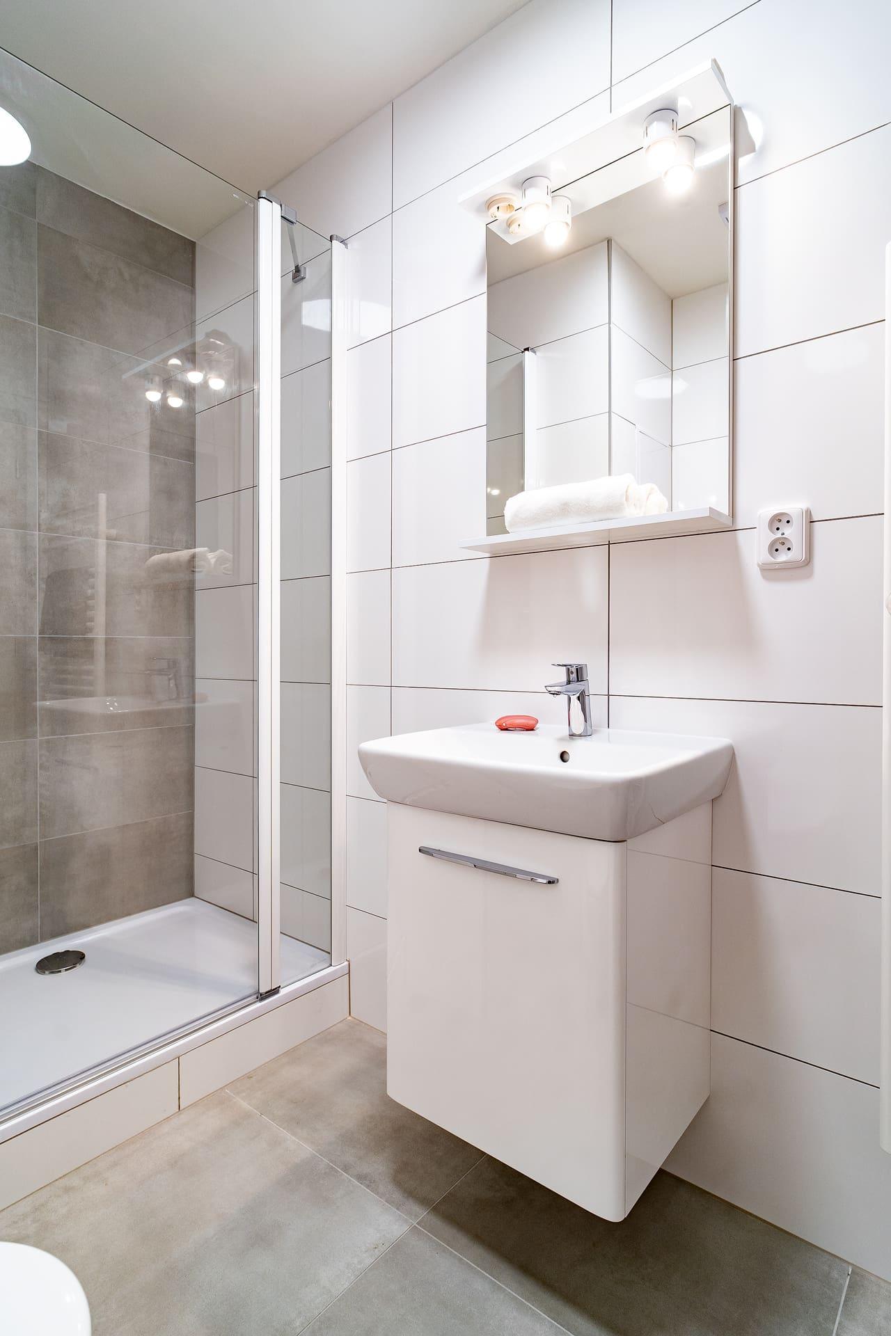 Bílé koupelny v bytovém domě 8