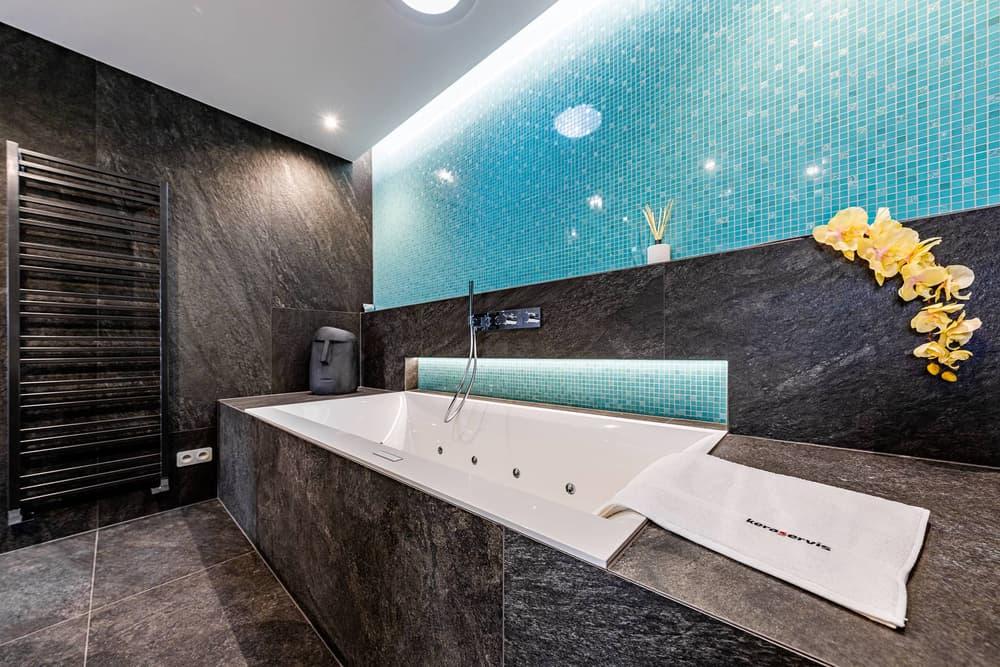 Luxusní koupelna propojená s ložnicí 9