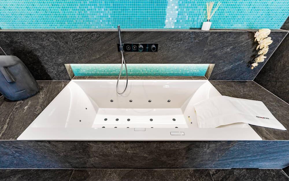 Luxusní koupelna propojená s ložnicí 1