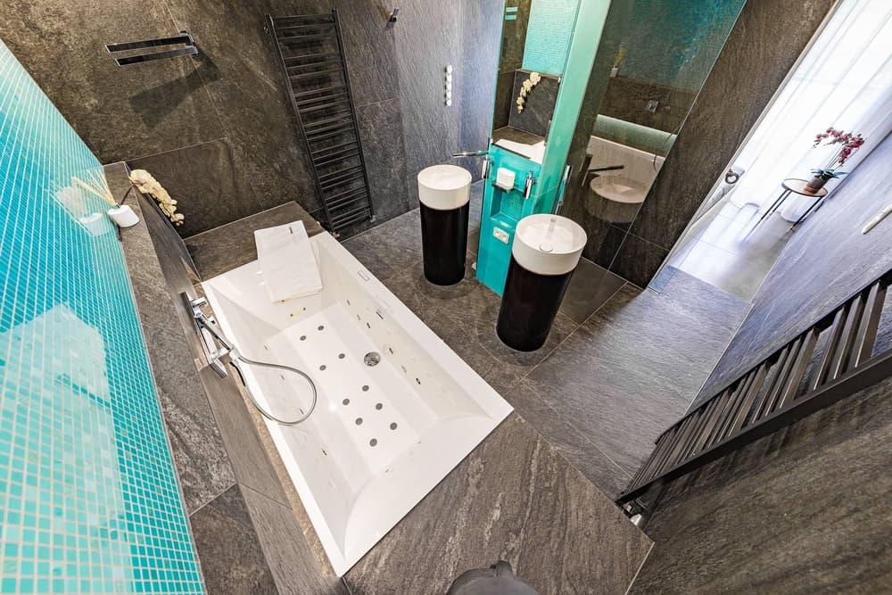 Luxusní koupelna propojená s ložnicí 4