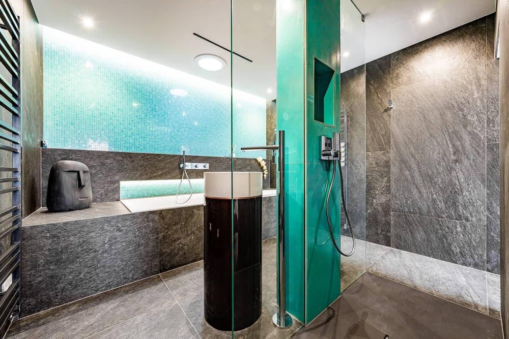 Luxusní koupelna propojená s ložnicí 6