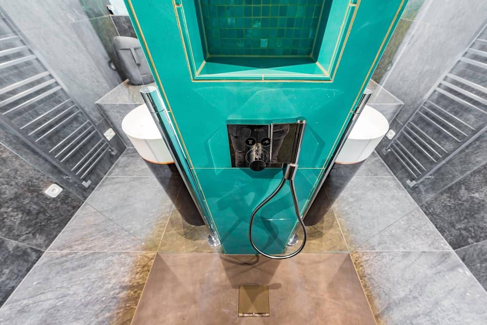 Luxusní koupelna propojená s ložnicí 7
