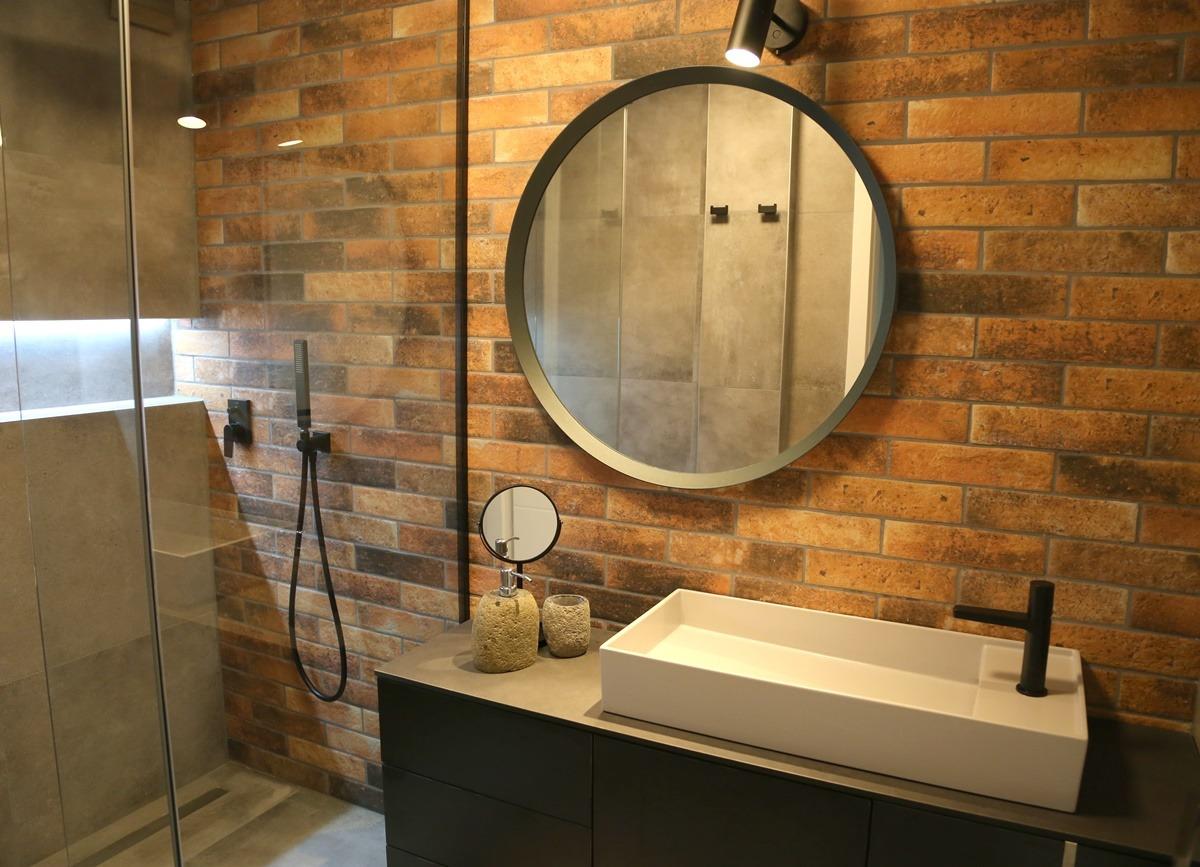 Malá koupelna s cihlovými obklady 2
