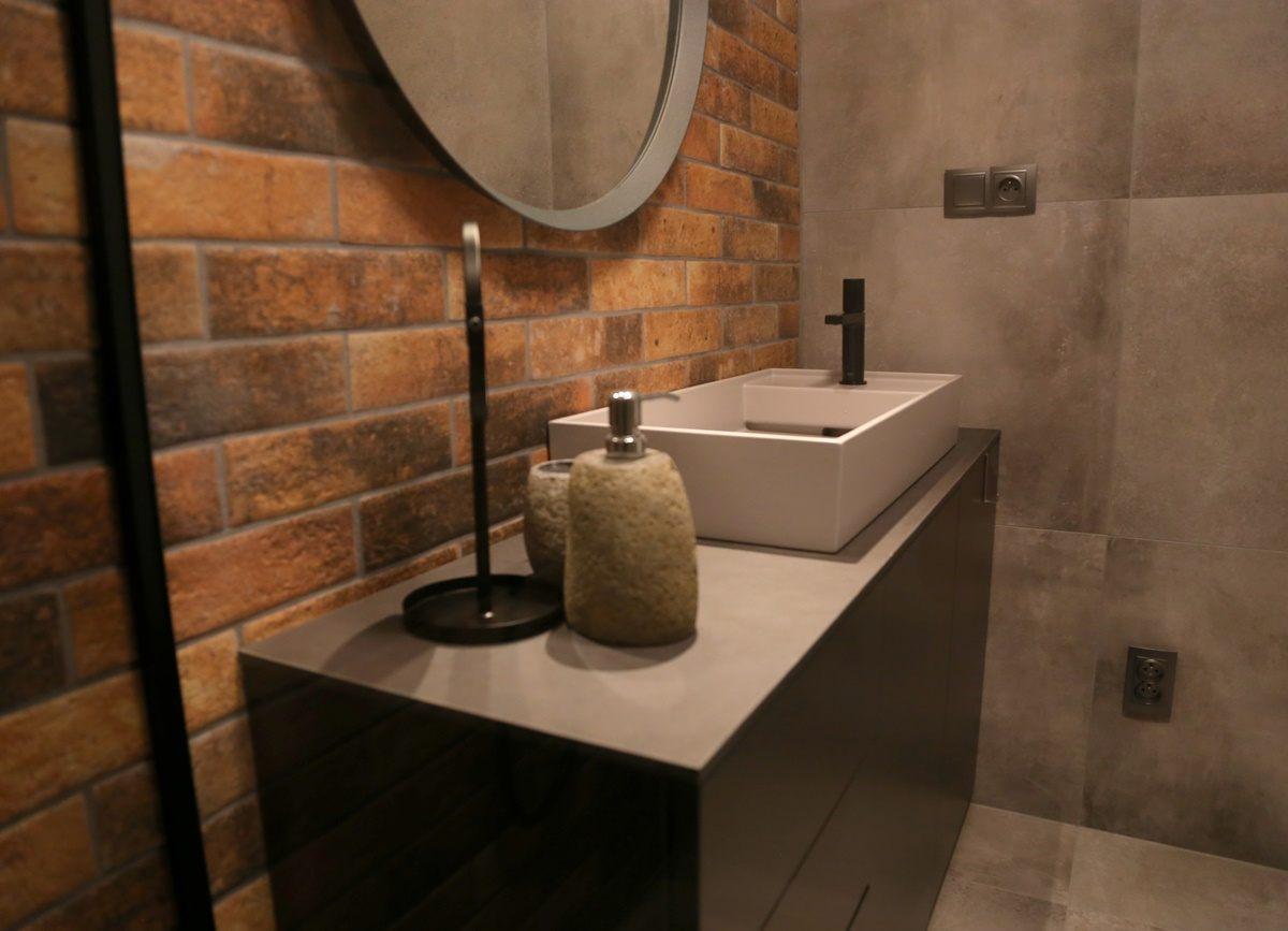 Malá koupelna s cihlovými obklady 3