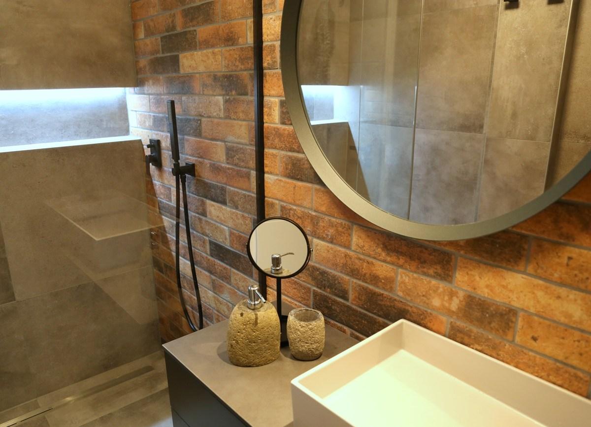 Malá koupelna s cihlovými obklady 4