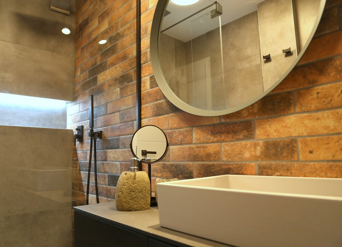 Malá koupelna s cihlovými obklady 5