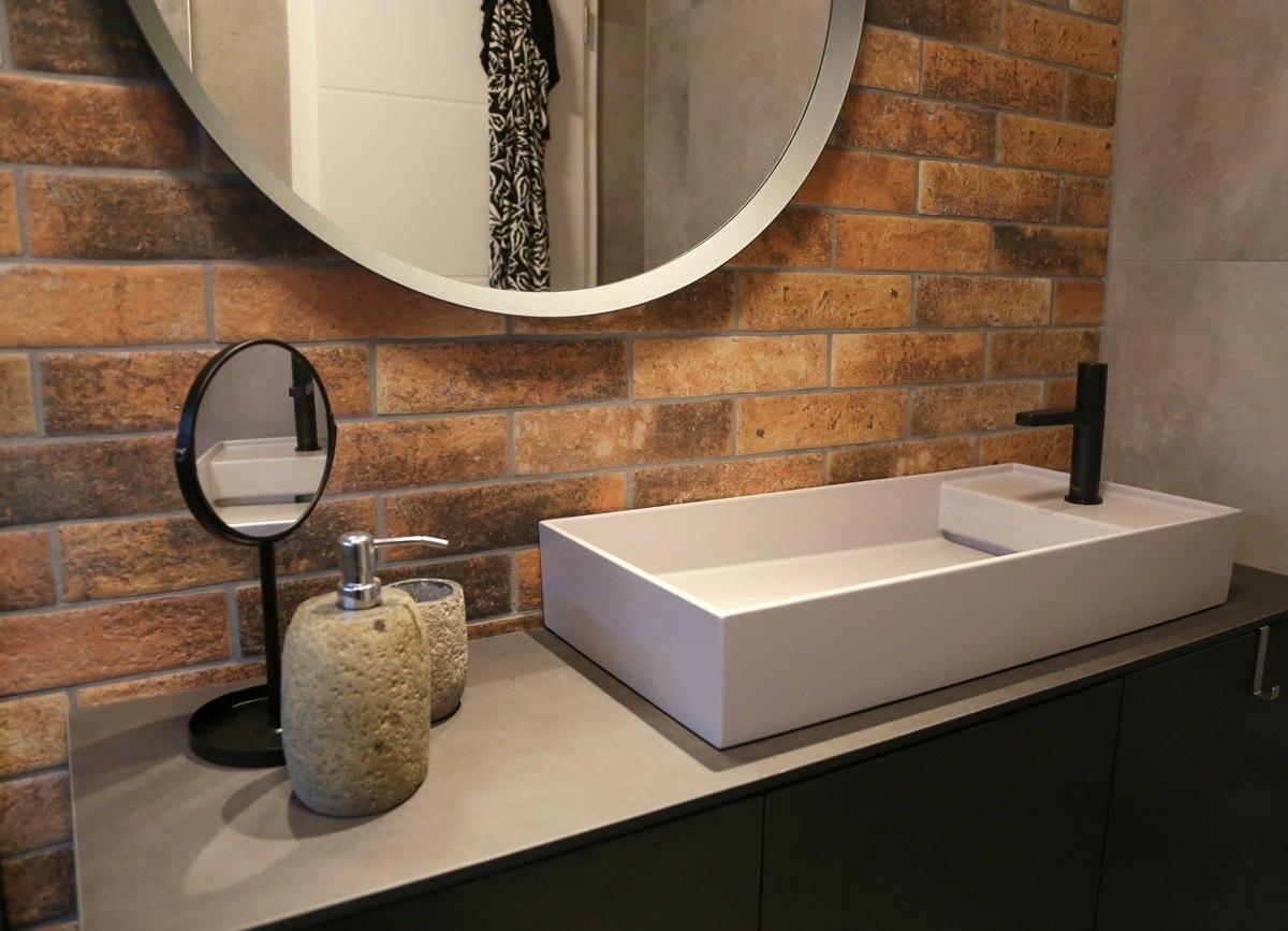 Malá koupelna s cihlovými obklady 1