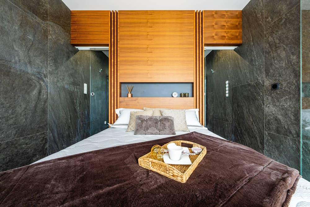 Luxusní koupelna propojená s ložnicí 18