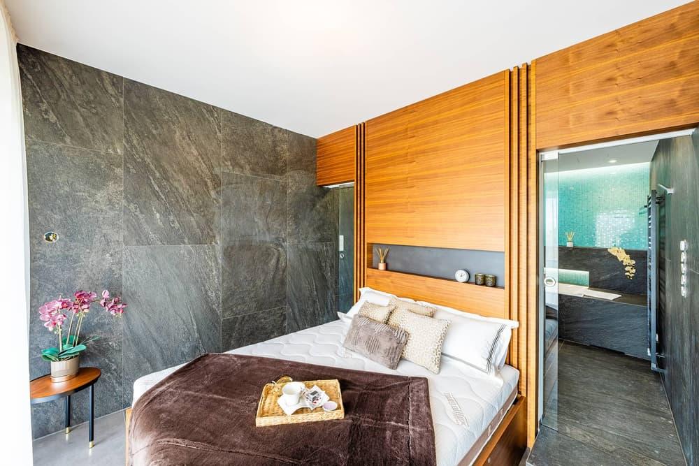 Luxusní koupelna propojená s ložnicí 19
