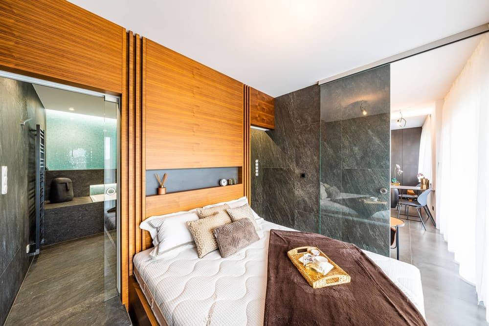 Luxusní koupelna propojená s ložnicí 20