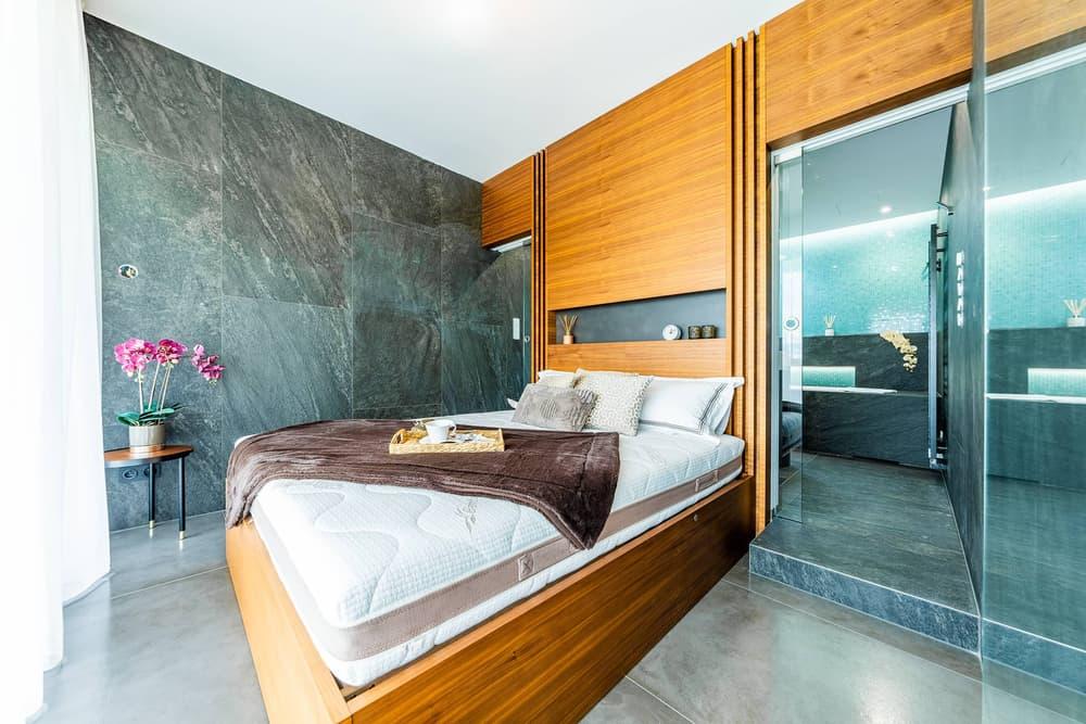 Luxusní koupelna propojená s ložnicí 21