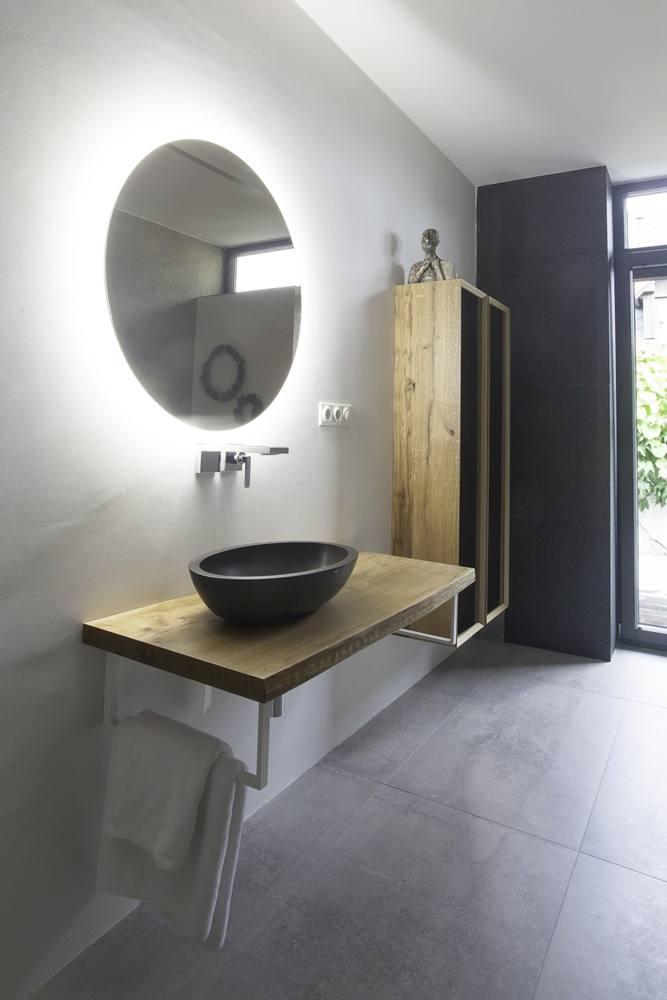 Minimalistická koupelna v šedé a bílé barvě 1