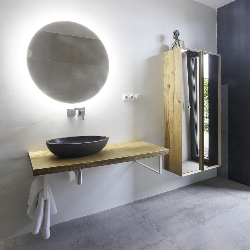 Minimalistická koupelna v šedé a bílé barvě 0