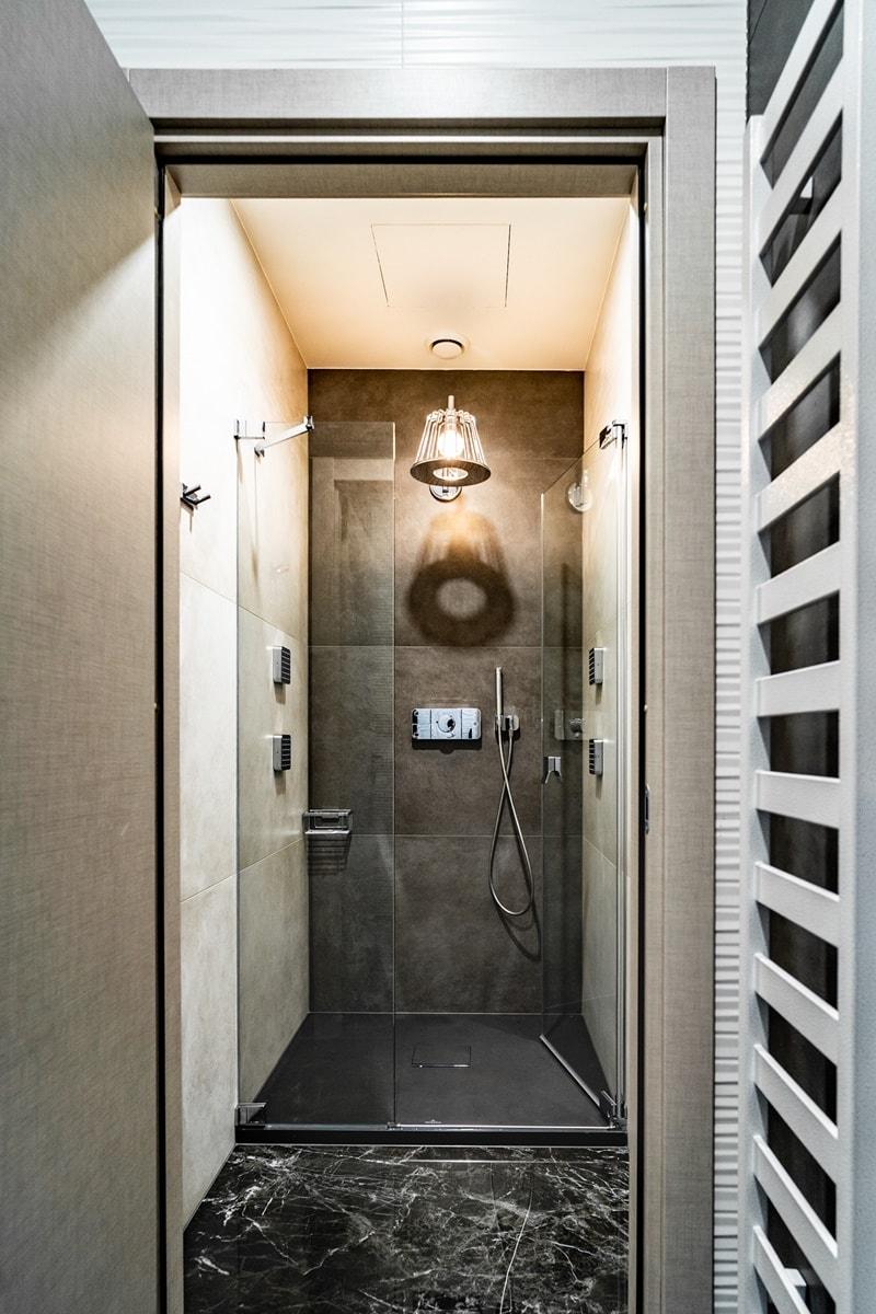 Luxusní toalety a sprcha ve VIP kancelářích 3