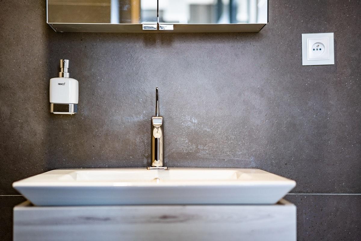 Luxusní toalety a sprcha ve VIP kancelářích 4