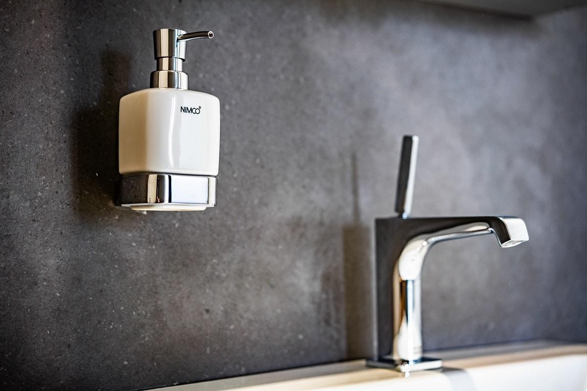 Luxusní toalety a sprcha ve VIP kancelářích 5