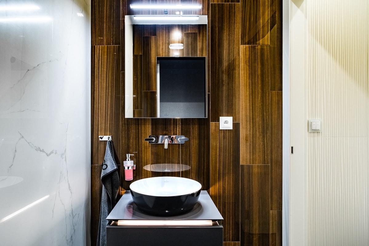 Luxusní toalety a sprcha ve VIP kancelářích 8