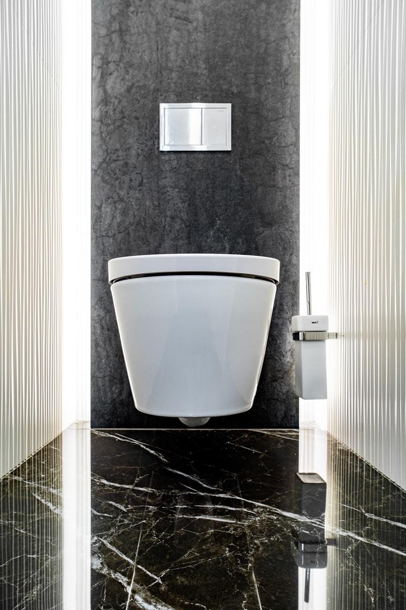 Luxusní toalety a sprcha ve VIP kancelářích 9