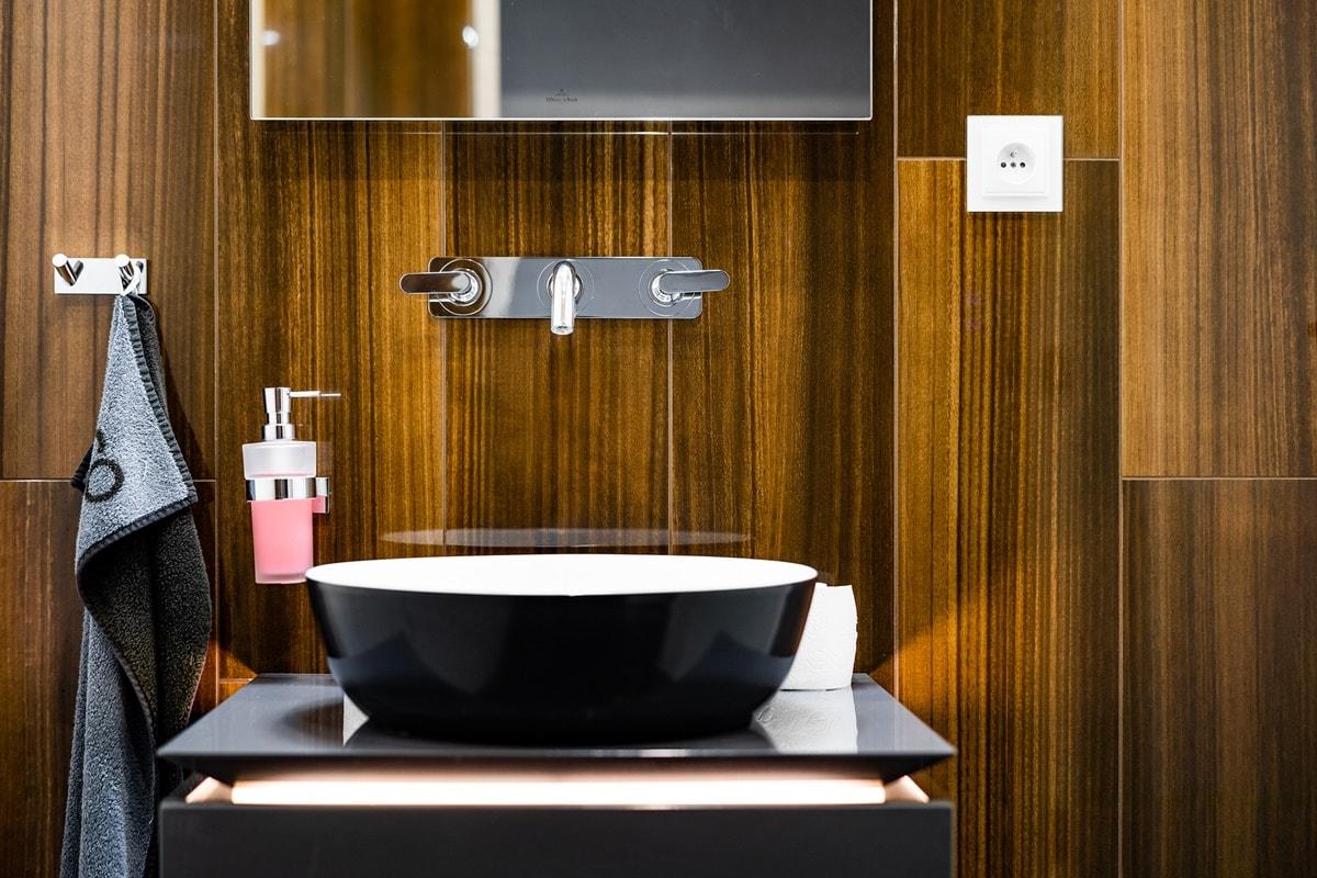 Luxusní toalety a sprcha ve VIP kancelářích 11