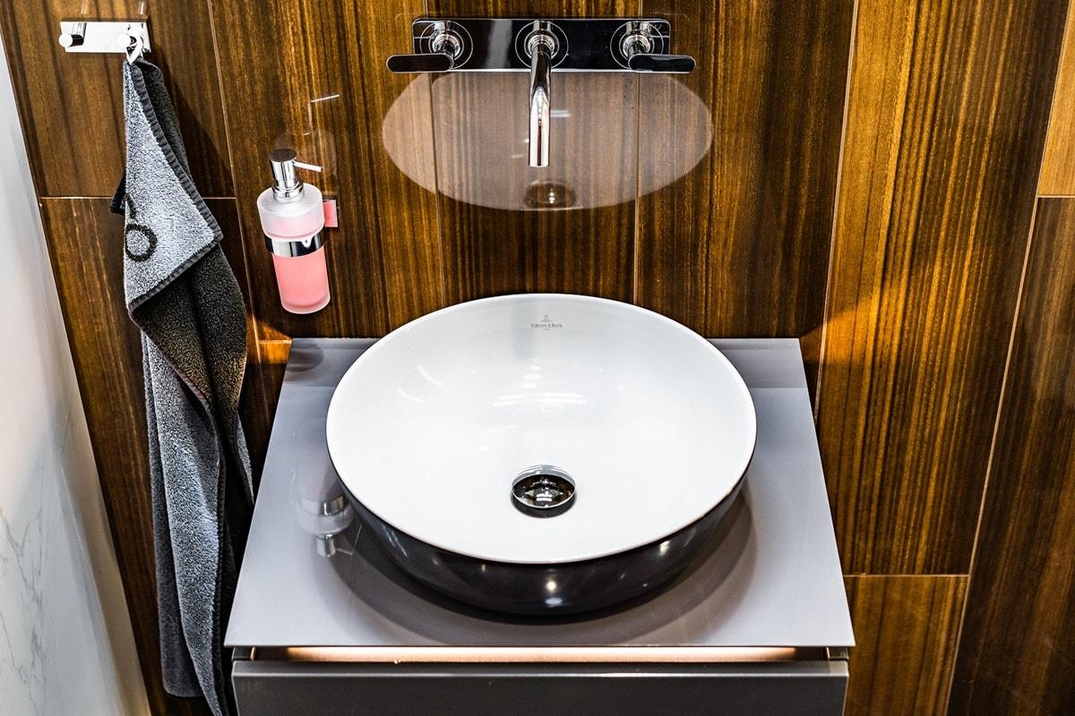 Luxusní toalety a sprcha ve VIP kancelářích 13