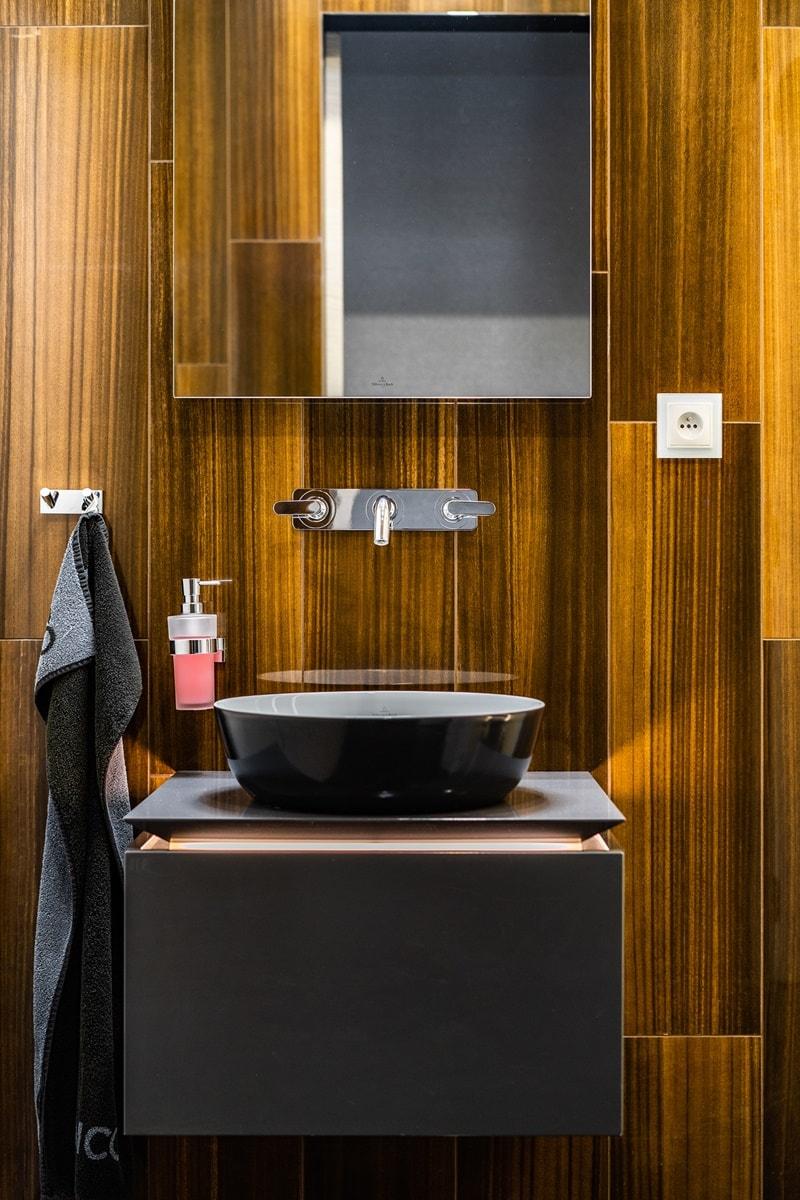 Luxusní toalety a sprcha ve VIP kancelářích 14