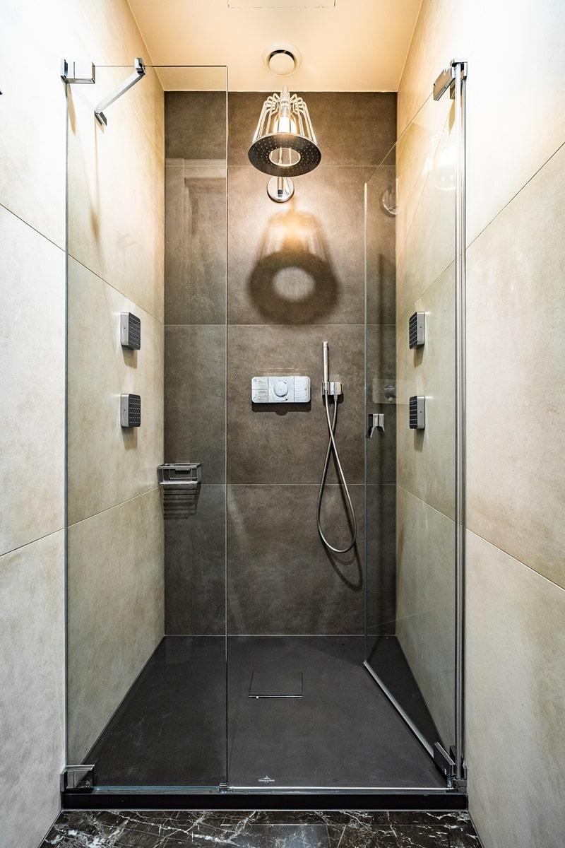 Luxusní toalety a sprcha ve VIP kancelářích 0