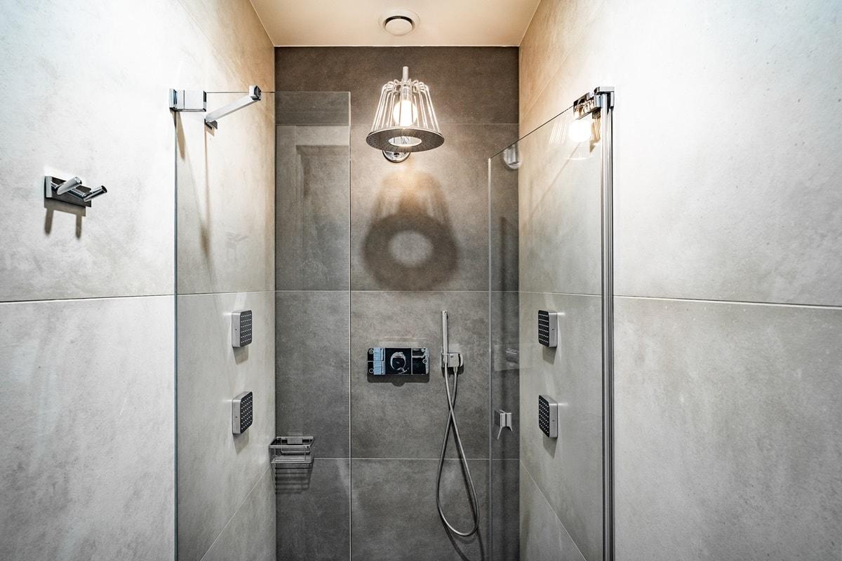 Luxusní toalety a sprcha ve VIP kancelářích 1