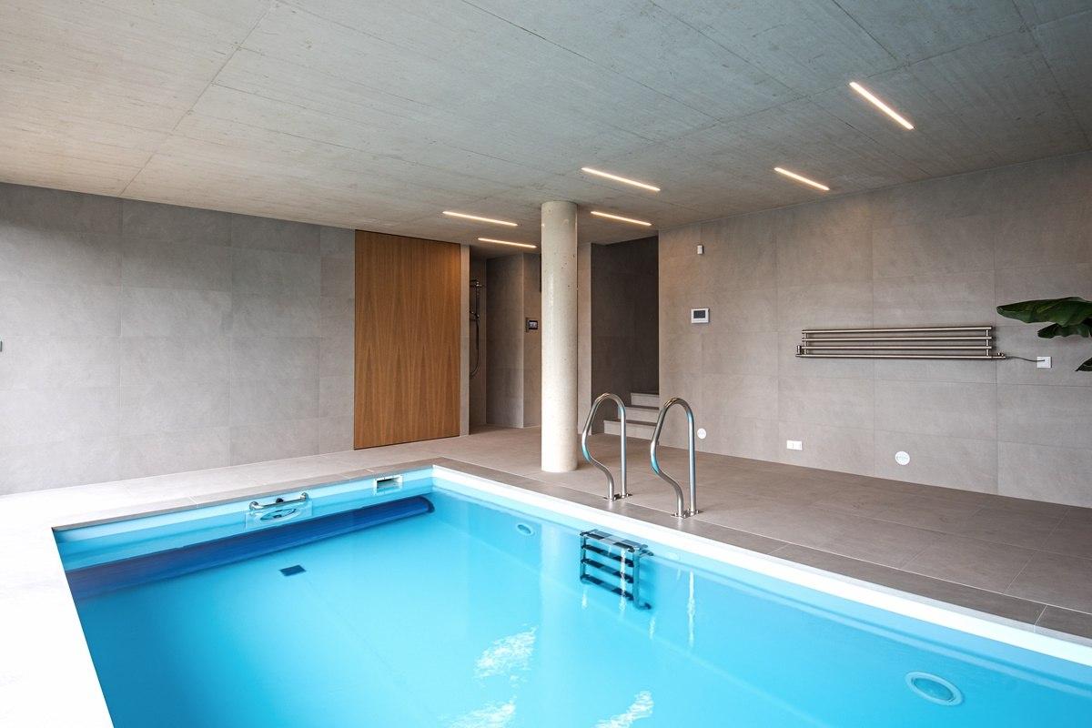 Dlažba kolem bazénu ve vile 1