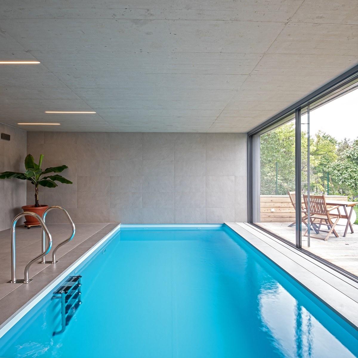 Dlažba kolem bazénu ve vile 2